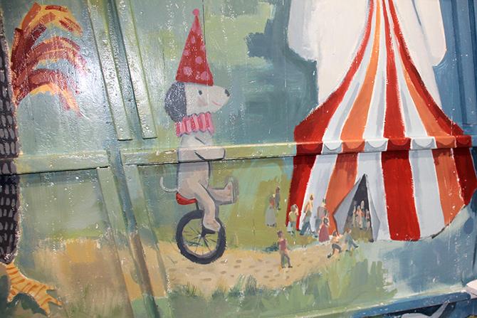 detalle del circo del mural del barco Aita Mari
