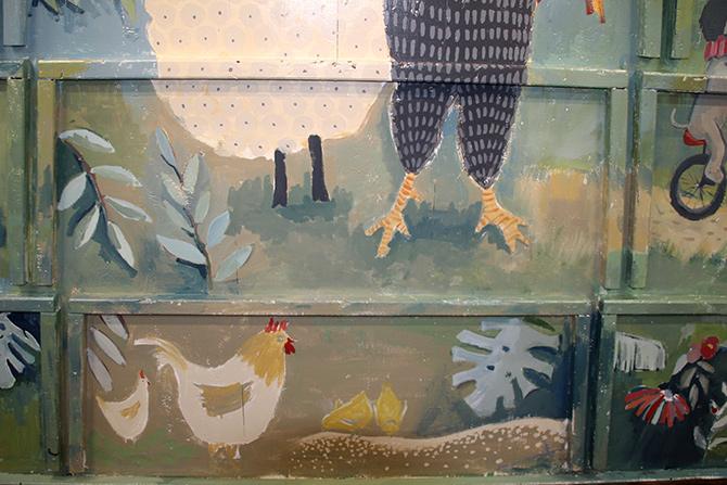 detalle de las gallinas del mural del barco Aita Mari