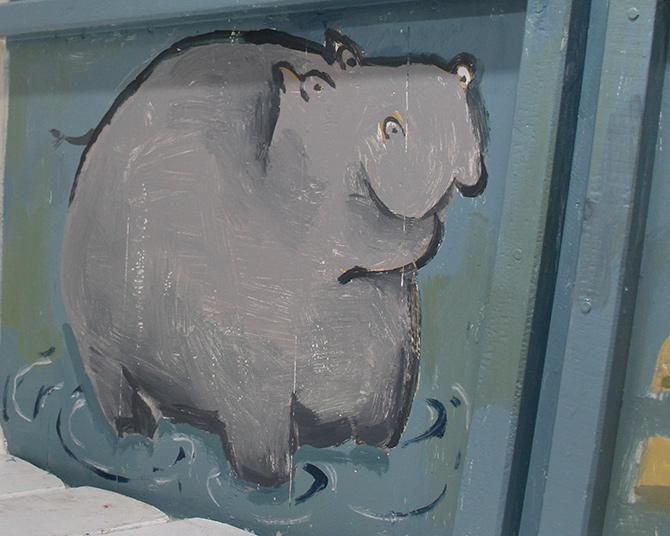 detalle de hipopótamo del mural del barco Aita Mari