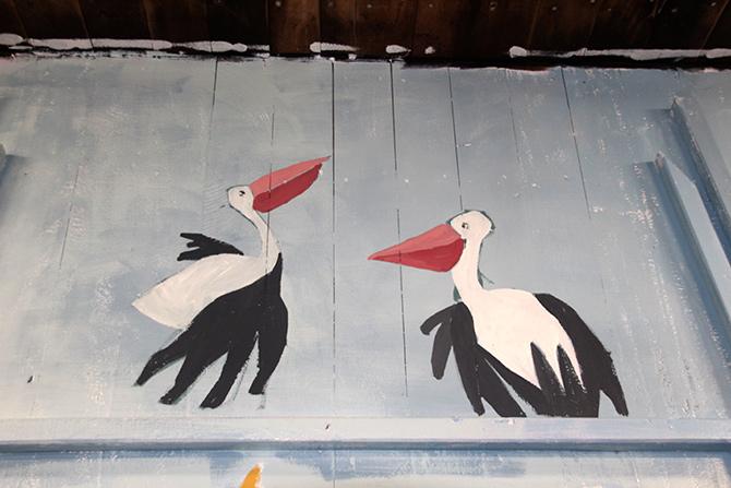 detalle de los pelíkanos del mural en el barco Aita Mari